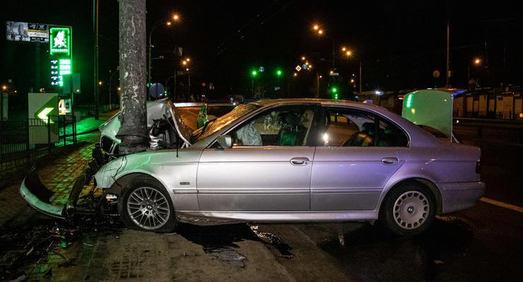 В Киеве из-за ссоры пассажиров с водителем разбилось BMW: Пострадало 4 человека