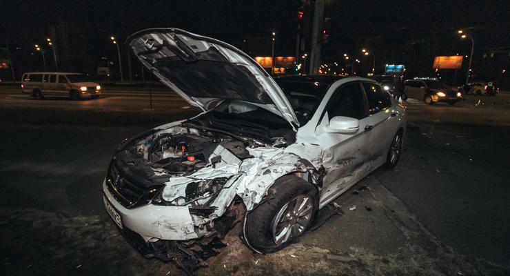 В Киеве Chevrolet проехал на красный и спровоцировал жесткую аварию