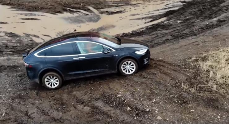 Крутую Tesla Model X испытали бездорожьем - видео заезда