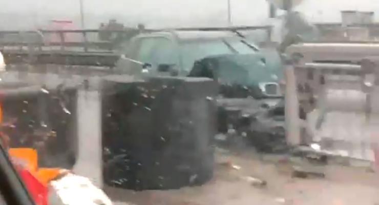 """На """"проклятом"""" спуске с моста в Киеве жестко разбилось авто - есть пострадавший"""