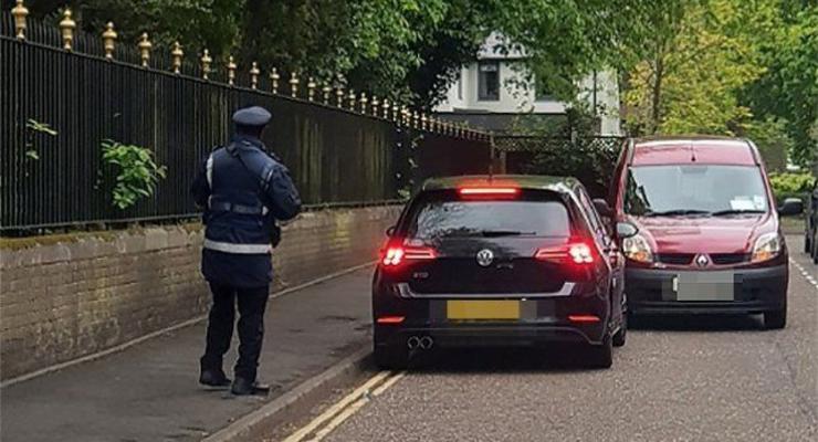 В Англии инспектор наказал за стоянку водителя, которому сам же заблокировал проезд