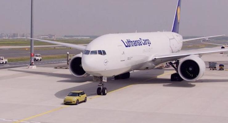 Маленький Mini Cooper отбуксировал гигантский Boeing 777 - видео