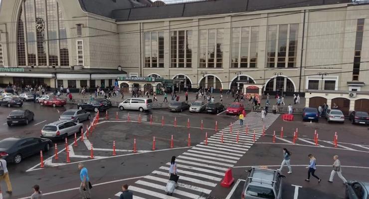 Конец стихийной парковке: На площади возле вокзала в Киеве установили делиентары