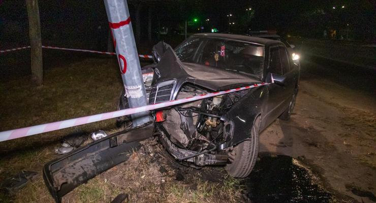 В Киеве выпивший парень взял покататься Mercedes отца и протаранил столб