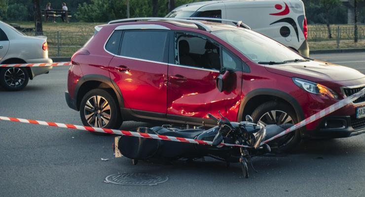 Возле моста Патона в Киеве мотоциклист протаранил Peugeot - байкера госпитализировали
