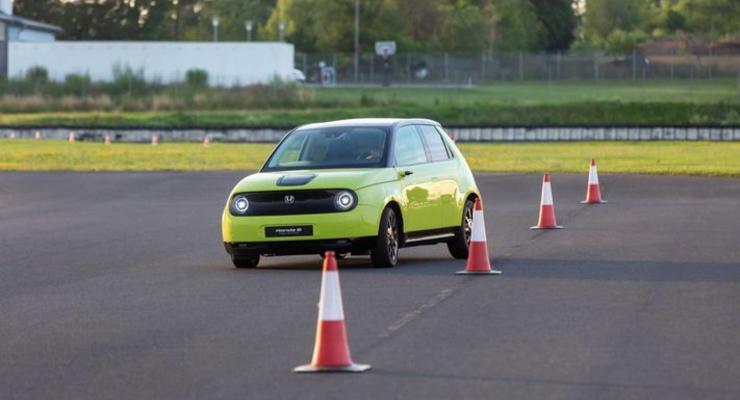 Ожидаемый с нетерпением электрокар Honda E дали на испытание журналистам