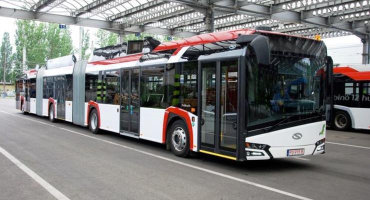 Как входит в повороты 24-метровый троллейбус из Польши - видео