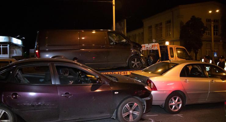 На Подоле водитель Volkswagen влетел в машины во время оформления ДТП