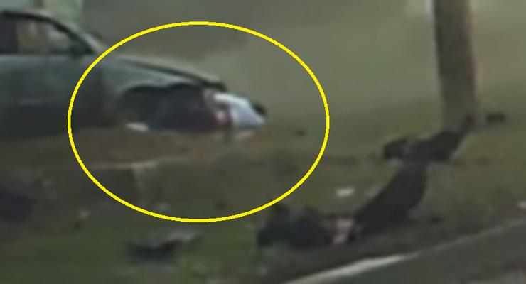 В Киеве непристегнутый водитель вылетел из авто во время ДТП - видео