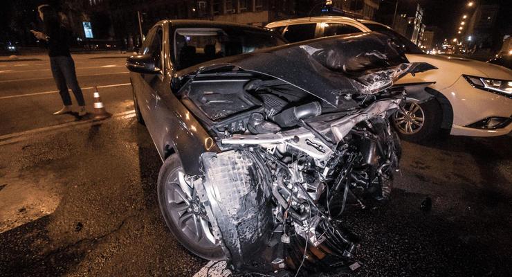 В Киеве возле красного корпуса КНУ протаранили друг друга два Mercedes