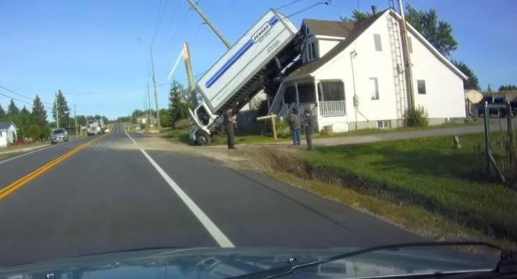 Фуру отбросило на крышу дома из-за лопнувшего на скорости колеса - видео