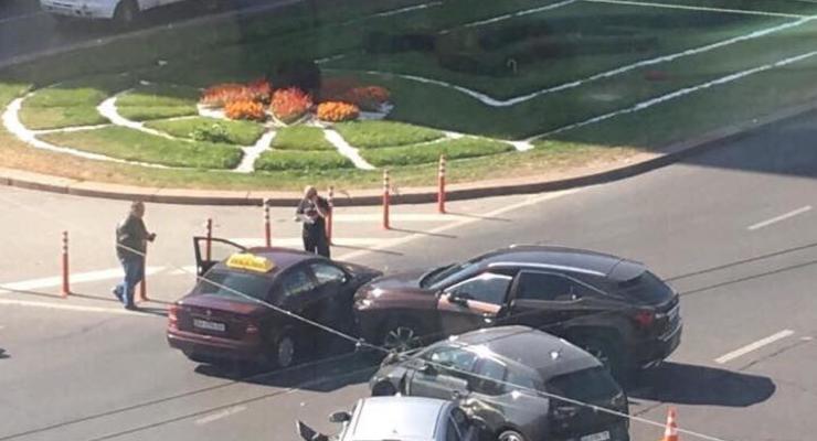 В Киеве возле Цирка произошли две одинаковые аварии в метре друг от друга