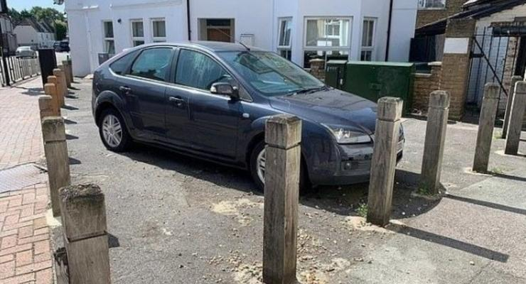 """Авто наглого """"героя парковки"""" буквально обнесли забором - фото"""