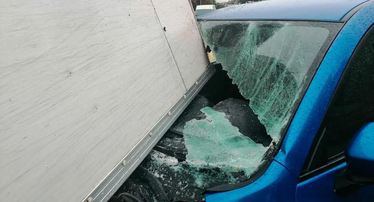 В Киеве фургон протаранил пожарную машину и приземлился на легковушку