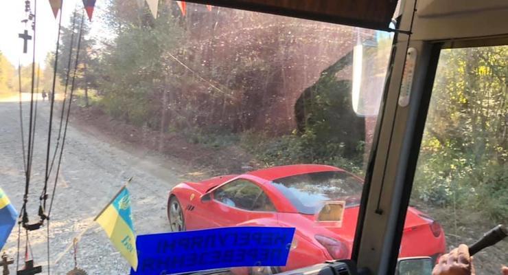 На разбитой дороге в Карпатах засветился дорогой спорткар Ferrari
