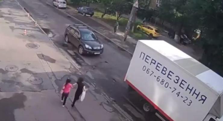 В Киеве девочка перебегала дорогу и попала под машину - видео момента ДТП