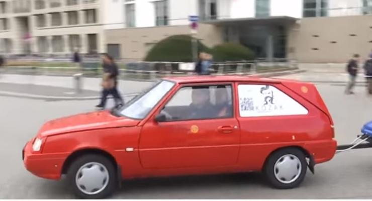 Искатели приключений из Украины доехали до Берлина на самодельном электрокаре