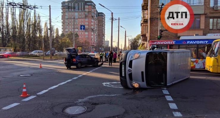 В Киеве перевернутый автомобиль заблокировал движение троллейбусов