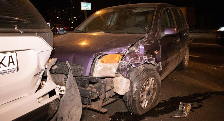 В Киеве пьяный водитель тормозил 70 метров, но протаранил два авто
