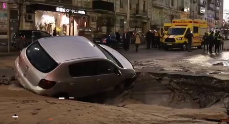В Киеве через год на том же перекрестке машины провалились в яму из-за прорыва трубы