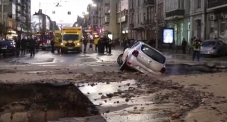 Прорыв трубы в Киеве: Хозяева поврежденных машин будут требовать компенсацию через суд