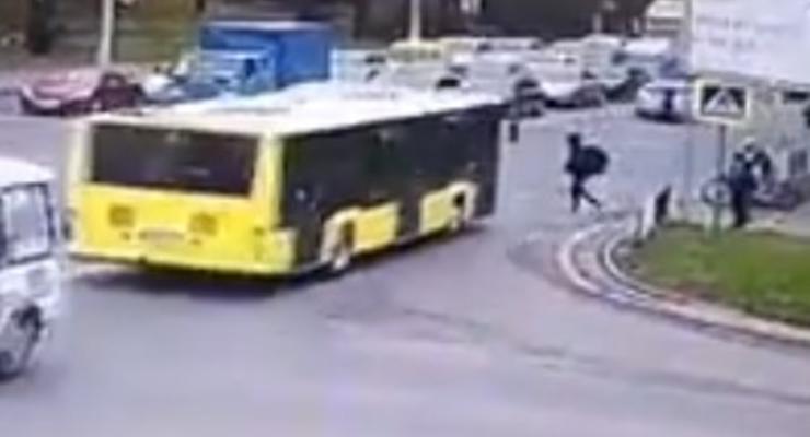 Во Львове автобус сбил пешехода на переходе - появилось видео