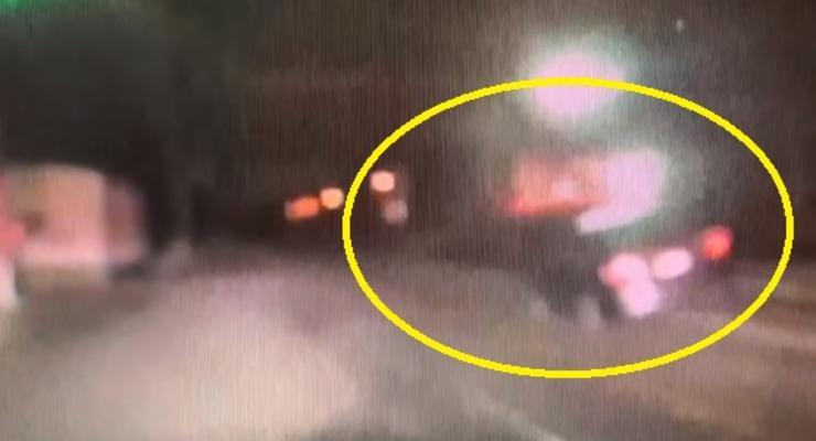 В США поезд снес брошенный пьяным водителям авто - видео