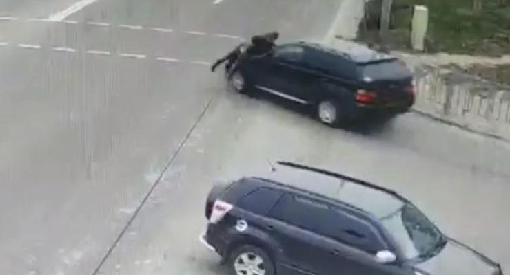 Под Киевом водитель BMW жестко прокатил пешехода на капоте и скрылся - видео