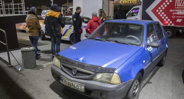 В Киеве пьяная женщина на Dacia протаранила дом и подбрасывала деньги полицейским