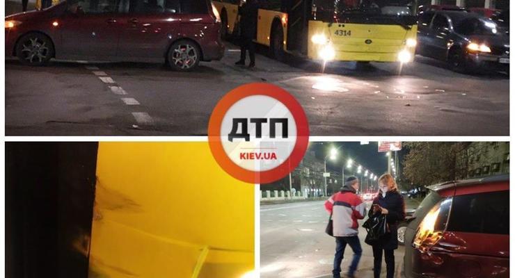 В Киеве на Строителей троллейбус протаранил легковушку