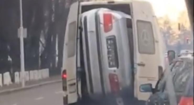 Румынский водитель микроавтобуса перевозил BMW в салоне - видео