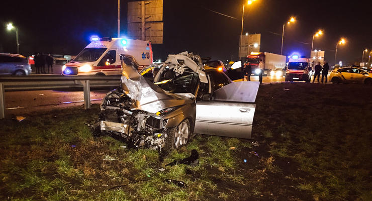 Разорвало крышу: В Киеве Skoda жестко отправила в отбойник Subaru