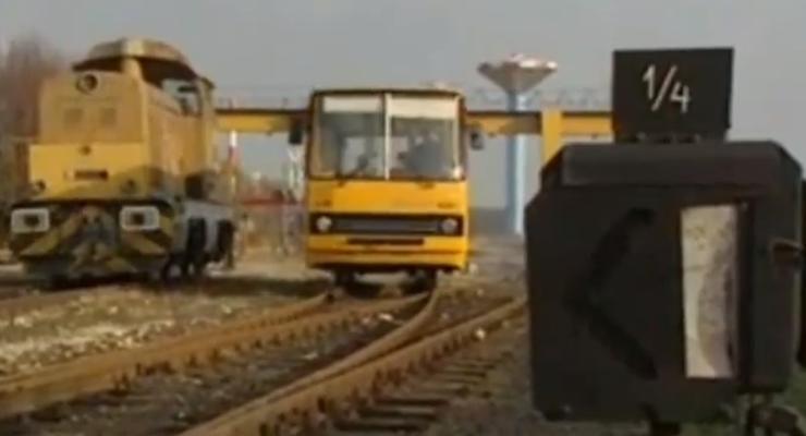 Легендарный городской автобус Ikarus 260 поставили на рельсы - видео