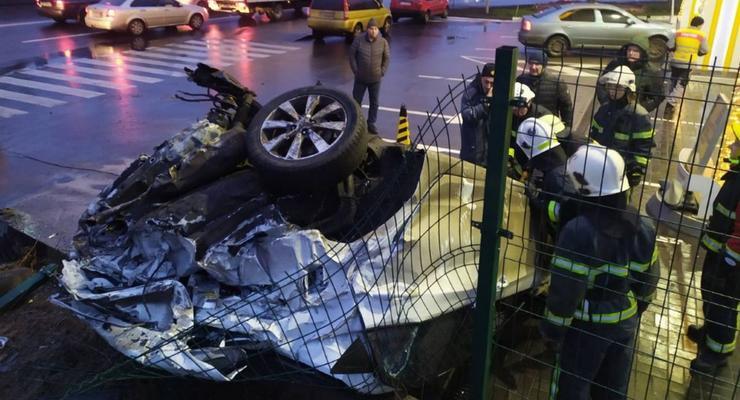 В Киеве фура протаранила авто и врезалась в заправку - видео ДТП