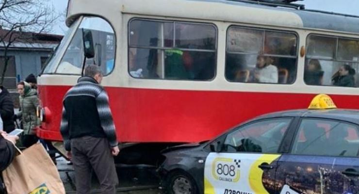 В Киеве таксист пытался проскочить на красный и врезался в трамвай