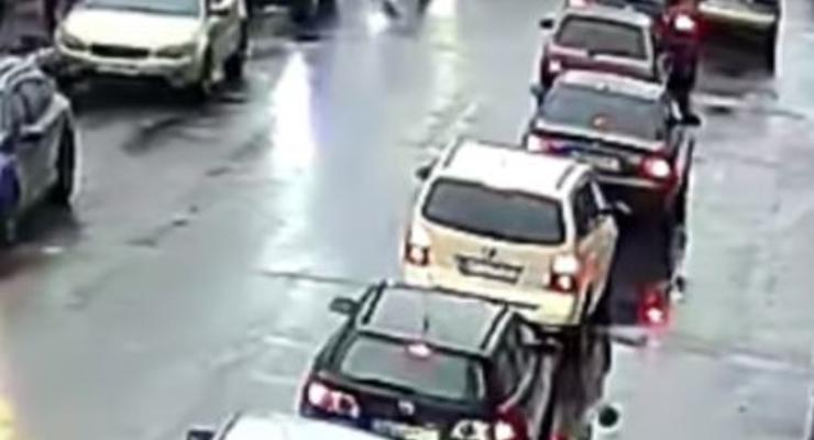 В Киеве женщина выскочила под колеса авто на трамвайной остановке - видео ДТП