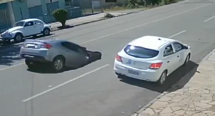 Автомобиль на полном ходу полностью провалился в яму на дороге - видео