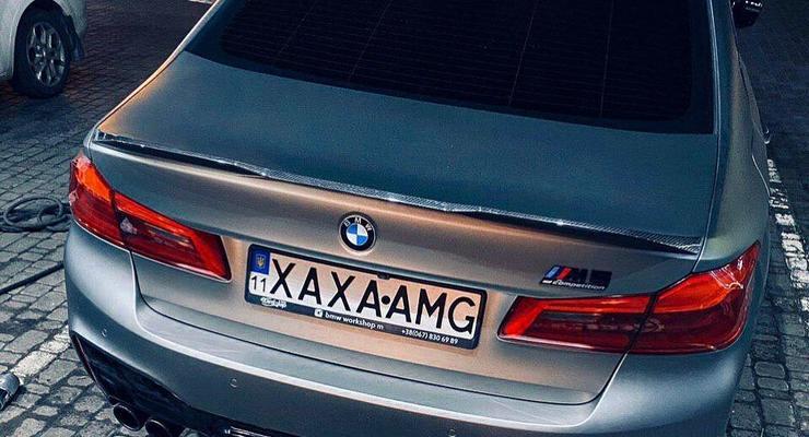 В Украине владелец BMW М5 высмеял номером Mercedes-AMG