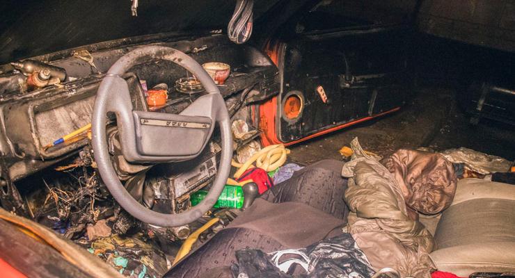 В Киеве на Троещине сгорела машина, в которой жил мужчина