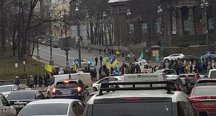 Активисты перекрыли движения на улице Грушевского в Киеве