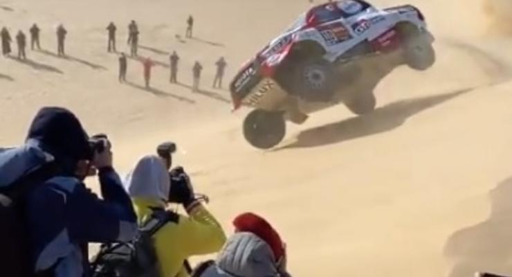 На марафоне Dakar Rally автомобиль дважды перевернулся и продолжил гонку - видео