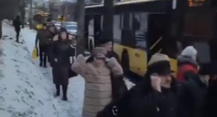 В Киеве под Куреневским мостом авария заблокировала движение троллейбусов