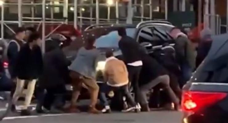 В США прохожие подняли внедорожник, чтобы спасти женщину - видео