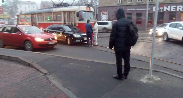 В Киеве авто протаранило трамвай и остановило движение на несколько часов