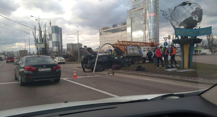 В Киеве легковушка протаранила другое авто и столб - пострадал 2-летний ребенок