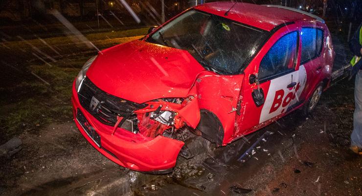 Жесткое ДТП в Киеве: Dacia потеряла колесо и врезалась в столб