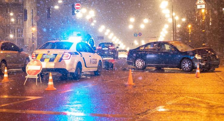 В Киеве водитель пролетел на красный и снес Toyota вместе с забором