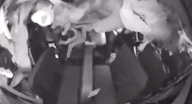 В США после ДТП школьный автобус перевернулся несколько раз - видео из салона