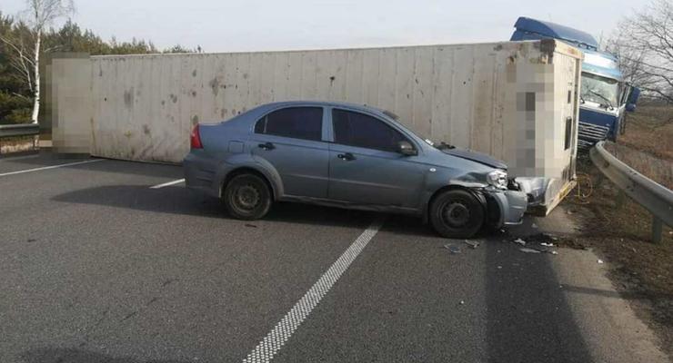 Очередное ДТП с фурой: Грузовое авто перевернулось и перекрыло трассу