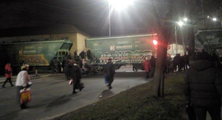 В Киеве сломался поезд прямо на переезде - люди перелазили прямо через состав
